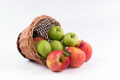 Un panier des pommes sur un fond blanc Image libre de droits
