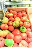 Un panier en bois complètement des tomates fraîches Photographie stock