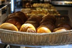 Un panier en osier complètement des articles fraîchement cuits au four de pâtisserie photographie stock libre de droits