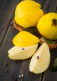 Un panier en osier d'automne jaune de pomme de coing ou de reine porte des fruits, s Images libres de droits