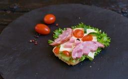 Un panino al prosciutto ha fatto sotto forma di un gufo Opzione del servizio dei bambini fotografie stock libere da diritti