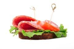Un panino aperto con salame e lattuga Fotografia Stock Libera da Diritti