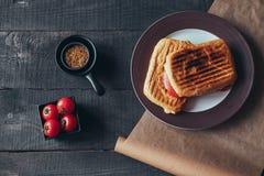 Un panino griled delizioso di panini Vista superiore Fotografie Stock Libere da Diritti
