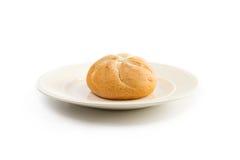 Un panino tondo su un piatto bianchiccio Fotografie Stock