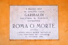 Un panneau commémoratif consacré à général, à politicien et à nationaliste italiens Giuseppe Garibaldi sur la façade sur le souti images stock