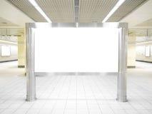 Un panneau d'affichage blanc au centre d'une allée de perspective Photos libres de droits