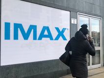 Un panneau d'affichage de cinéma d'IMAX à Londres photos stock