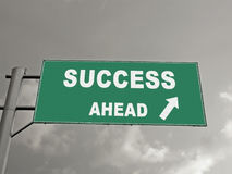 Un panneau d'affichage sur une autoroute nationale montrant le succès en avant, concentré Photos stock