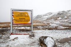 Un panneau d'avertissement de vous maintenir sûr Photographie stock libre de droits
