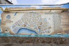 Un pannello che descrive il profilo dell'itinerario turistico poca Gerusalemme nella vecchia città di Evpatoria, Crimea fotografia stock libera da diritti