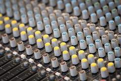 Un pannello di mescolanza di suoni con le varie manopole fotografie stock