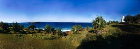 Un panorama blanc de phare et de falaise de roche Images libres de droits