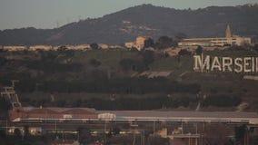 Un panorama de banlieue avec les trains rapides près de Marseille banque de vidéos