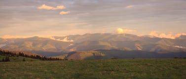 Un panorama de la gamme de montagne pendant le coucher du soleil Photo libre de droits