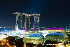 Un panorama de nuit de Singapour Photographie stock libre de droits