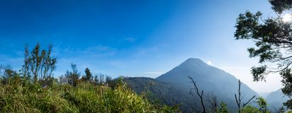 Un panorama del paisaje de Papandayan del soporte tomado de camping de la choza de Ghober con el cielo azul claro La montaña de P imágenes de archivo libres de regalías