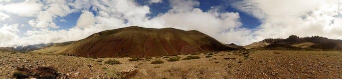 Un panorama delle montagne in Himalaya indiana fotografia stock libera da diritti