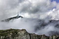 Un panorama des montagnes de Bucegi, Roumanie, avec vue sur l'antenne de TV sur une crête Photographie stock