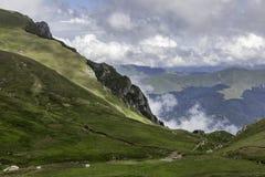Un panorama des montagnes de Bucegi, Roumanie, pendant un jour d'été, avec de beaux nuages Images stock