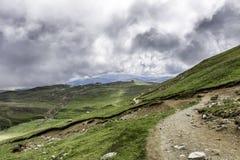 Un panorama des montagnes de Bucegi, Roumanie, pendant un jour d'été, avec de beaux nuages Photo libre de droits