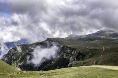 Un panorama des montagnes de Bucegi, Roumanie, pendant un jour d'été, avec de beaux nuages Photos libres de droits