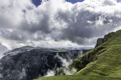 Un panorama des montagnes de Bucegi, Roumanie, pendant un jour d'été, avec de beaux nuages Image libre de droits