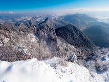 Un panorama des montagnes polonaises de Pieniny dans une robe longue d'hiver Photo libre de droits