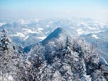 Un panorama des montagnes polonaises de Pieniny dans une robe longue d'hiver Image stock