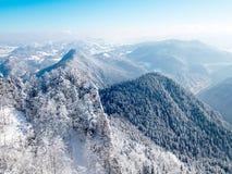 Un panorama des montagnes polonaises de Pieniny dans une robe longue d'hiver Photographie stock