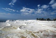 Un panorama des terrasses de sel de Pamukkale avec Images stock