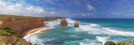 Un panorama di due delle dodici rocce degli apostoli sul grande oceano Roa Immagine Stock