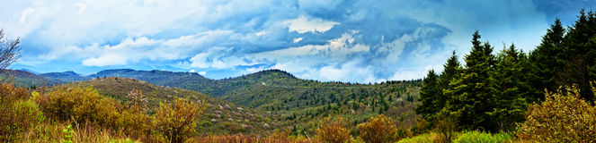 un panorama di 180 gradi di pioggia in montagne Fotografie Stock Libere da Diritti