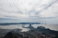 Un panorama hermoso de la montaña y de las nubes del sugarloaf Foto de archivo