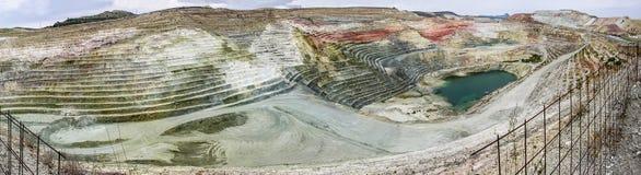 Un panorama o una vista panorámica de la mina de la bentonita del calcio Foto de archivo