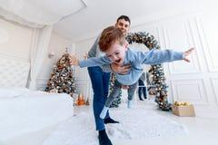 Un papa avec son arbre étreignant et ayant l'amusement amour, bonheur et grand concept de la famille image libre de droits
