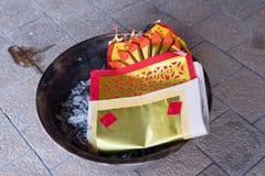 Un papel de oro ardiente Un ritual chino Imagen de archivo libre de regalías