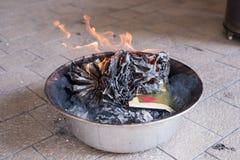Un papier d'or brûlant Un rituel chinois Photos stock