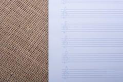 Un papier de note vide pour les notes musicales Photos stock