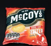 Un paquet de chips de McCoys photographie stock