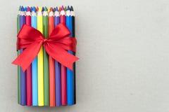 Un paquet de crayons en bois colorés du bout photos stock