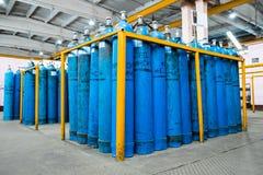 Un paquet de cylindres d'oxygène avec le gaz comprimé fixé sur des dérapages jaunes dans la plate-forme Réservoirs d'oxygène Prod photo stock