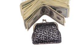 Un paquet de factures de cent-dollar près du portefeuille Image stock