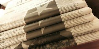 Un paquete de los periódicos blancos y negros rusos imagen de archivo