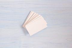 Un paquete de tarjetas miente en fondo azul fotografía de archivo