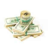 Un paquete torcido de 100 billetes de dólar se coloca en paquetes de dólares Imagen de archivo