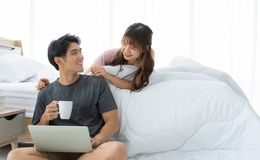 Un par asiático está tomando resto en el dormitorio fotografía de archivo