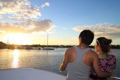 Un par asiático que disfruta de puesta del sol Foto de archivo libre de regalías