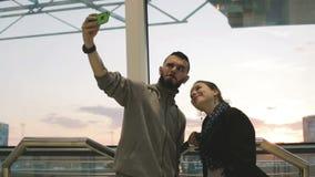 Un par atractivo joven que toma un selfie en la puesta del sol almacen de video