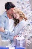 Un par cariñoso de la Navidad Foto de archivo libre de regalías