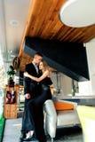 Un par cariñoso elegante está en un restaurante Foto de archivo